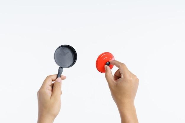 Mão segurando o brinquedo de panela pequena cozinha