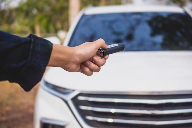 Mão segurando o carro-chave para abrir o carro