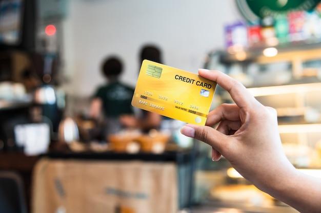 Mão segurando o cartão de crédito, conceito sem dinheiro