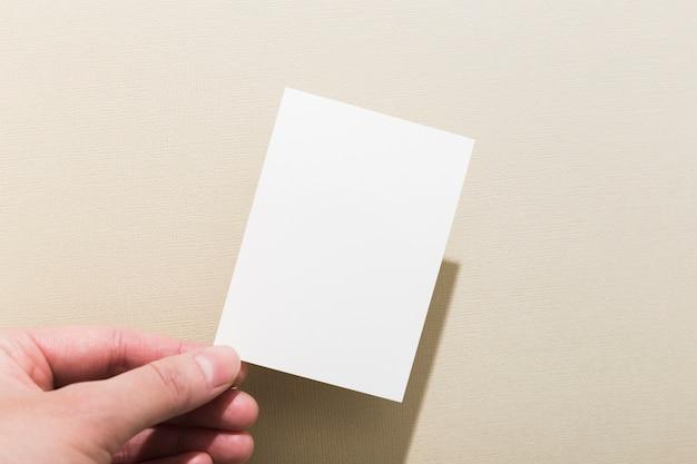 Mão segurando o cartão de visita em branco