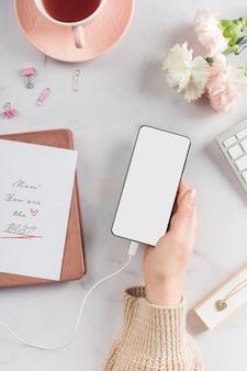Mão segurando o celular em branco