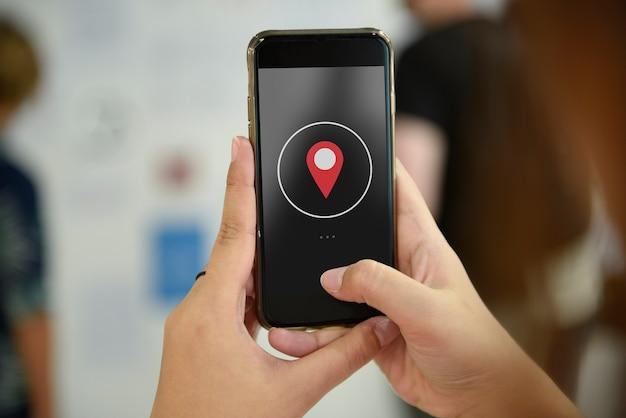 Mão segurando o celular tirando foto