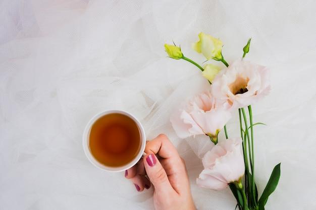Mão segurando o chá inglês