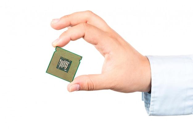 Mão segurando o computador microchip cpu isolado ó