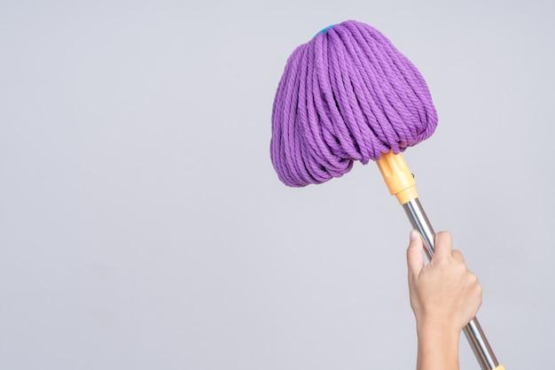 Mão segurando o esfregão de chão moderno com função de secagem de torção