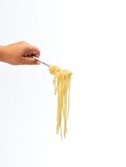 Mão segurando o garfo alça rolo linha de espaguete