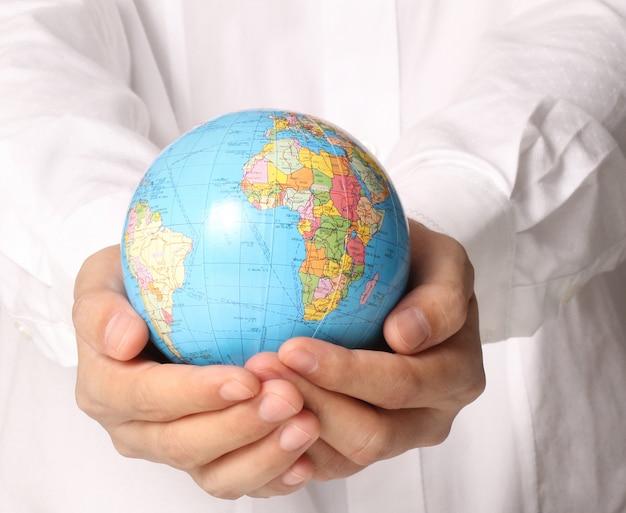 Mão segurando o globo elementos desta imagem fornecida pela nasa