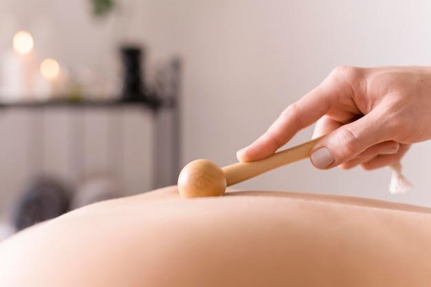 Mão segurando o instrumento de massagem