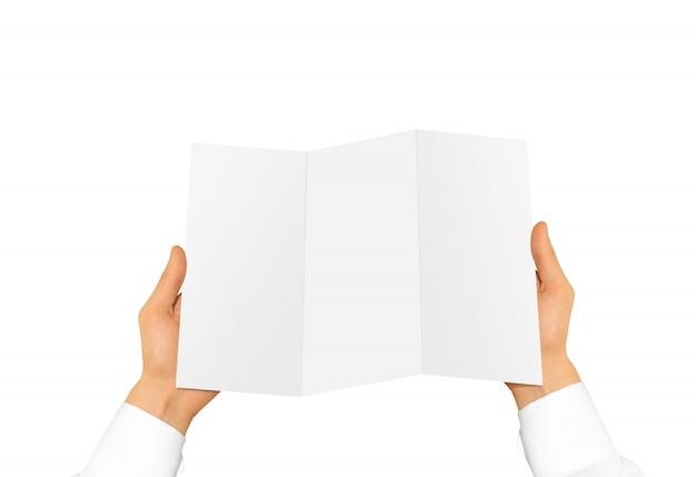 Mão segurando o livreto de brochura em branco na mão