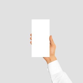 Mão segurando o livreto de folheto panfleto em branco