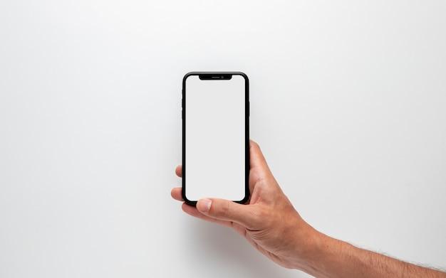 Mão segurando o modelo de smartphone