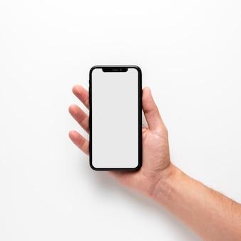 Mão segurando o modelo de telefone móvel