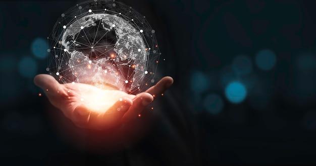 Mão segurando o mundo virtual com espaço de cópia e fundo azul bokeh para o conceito de informação e transformação de tecnologia.