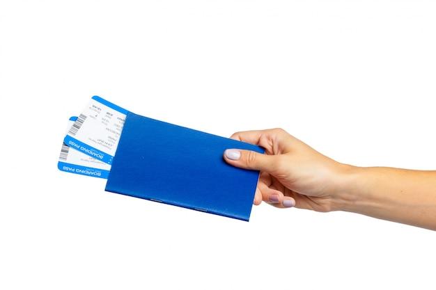 Mão segurando o passaporte isolado no branco