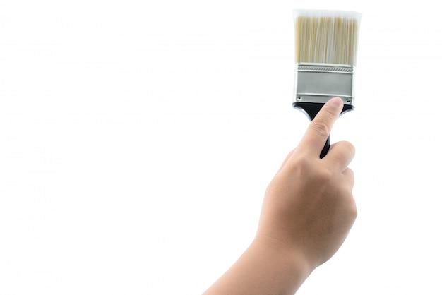 Mão segurando o pincel com cabo de plástico preto isolado