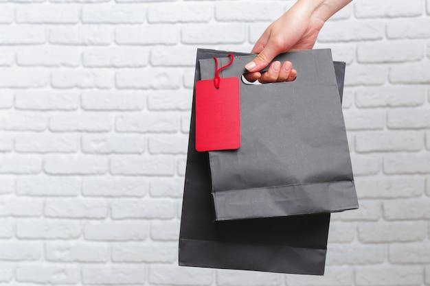 Mão segurando o saco de papel