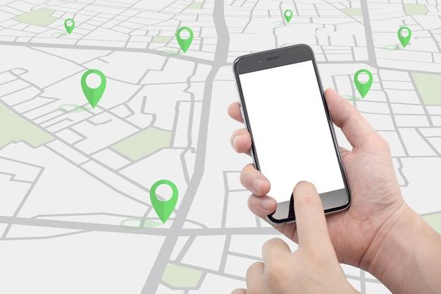 Mão segurando o smartphone com mapa de rua e pinos de cor verde