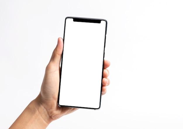 Mão segurando o telefone móvel e a tela em branco para o modelo de maquete