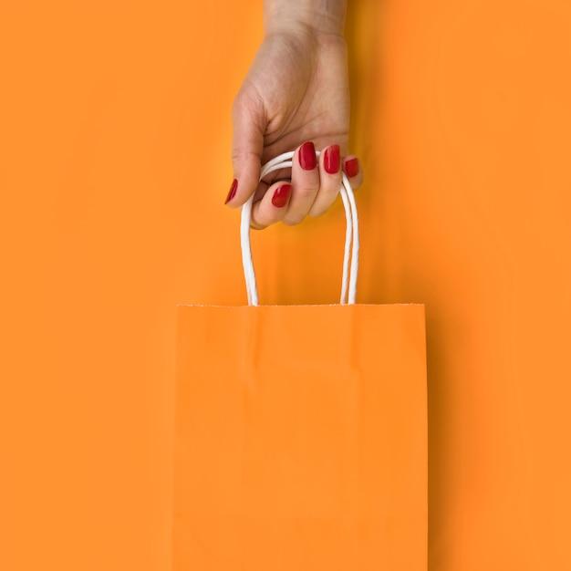 Mão, segurando papel, saco