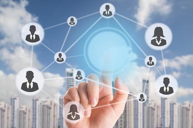 Mão segurando para selecionar pessoas com conceito de gestão de recursos humanos