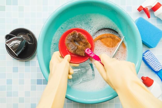 Mão segurando produto de limpeza