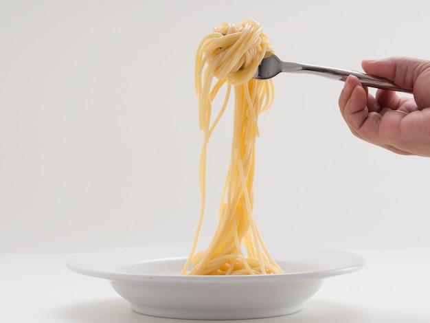 Mão, segurando, rolo, macarronada, espaguete, com, um, garfo, e, bish