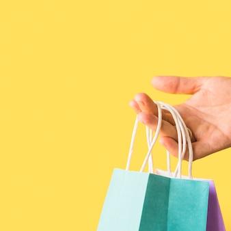 Mão, segurando, shopping, pacotes