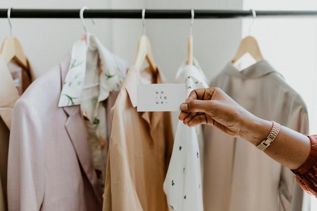 Mão segurando um cartão de visita na boutique