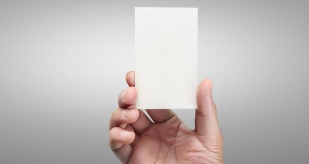 Mão segurando um cartão virtual com o seu. isolado