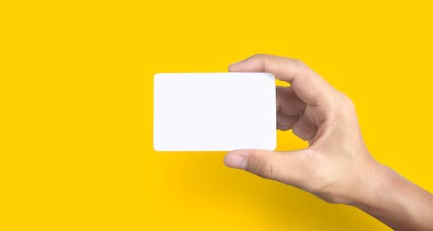 Mão segurando um cartão virtual
