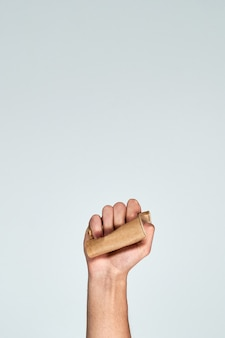 Mão segurando um copo de papel