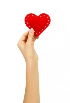 Mão segurando um coração isolado no branco