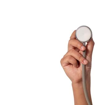 Mão segurando um estetoscópio isolado no branco
