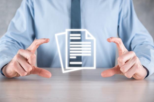 Mão segurando um ícone de documento na mão document management data system business internet technology concept. sistema de gerenciamento de dados corporativos dms
