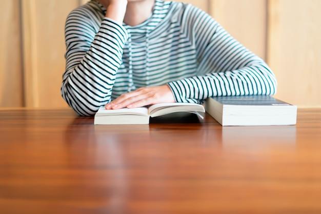 Mão segurando um livro em casa