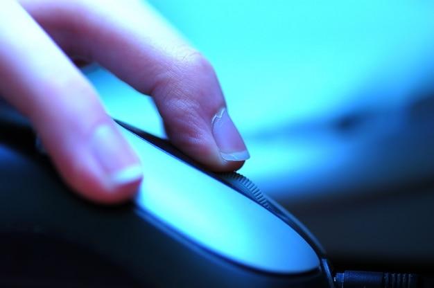 Mão segurando um mouse