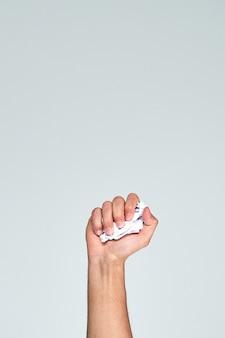 Mão segurando um pedaço de papel