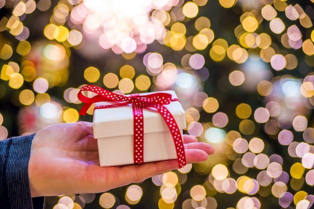 Mão segurando um presente
