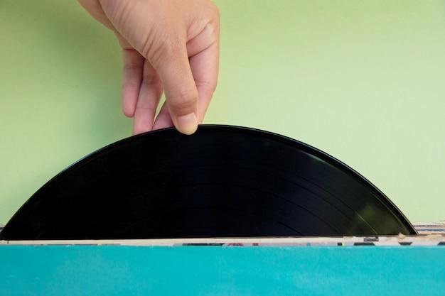 Mão segurando um registro