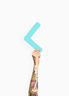 Mão segurando um sinal de menor que