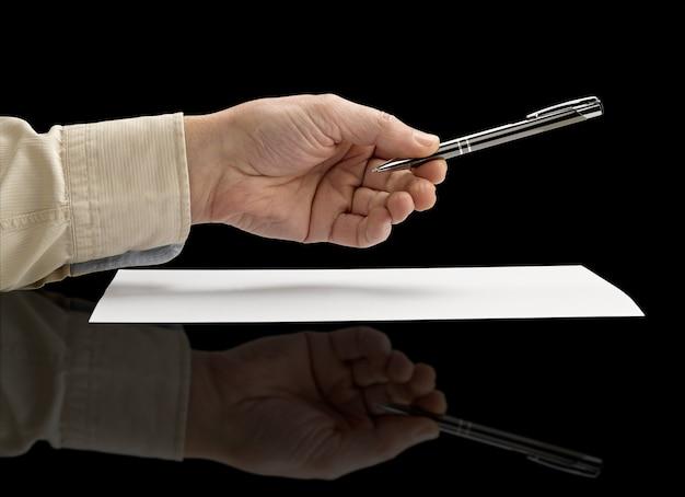 Mão segurando uma caneta de metal (caminho de recorte)