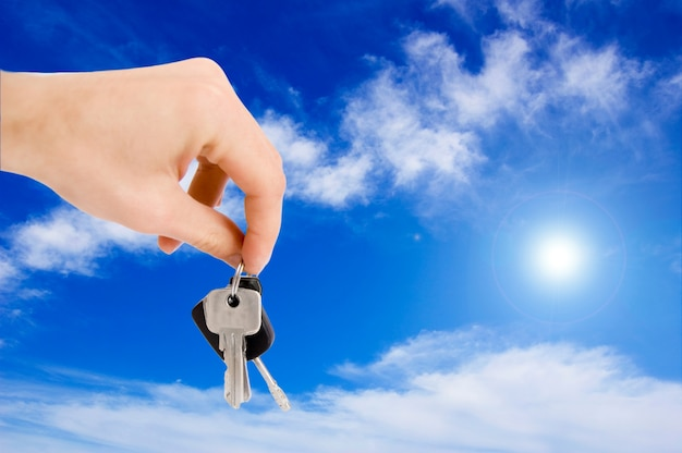 Mão segurando uma chave
