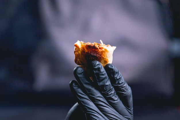 Mão segurando uma empanada da argentina