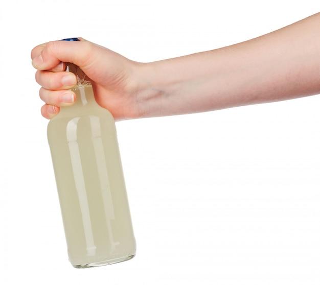 Mão segurando uma garrafa de cerveja sem rótulo isolado