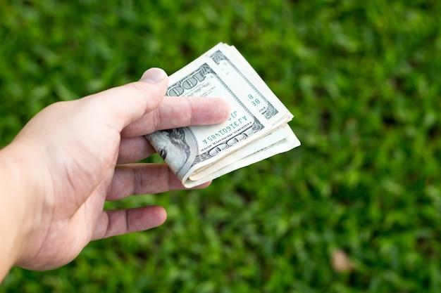 Mão segurar notas de dinheiro