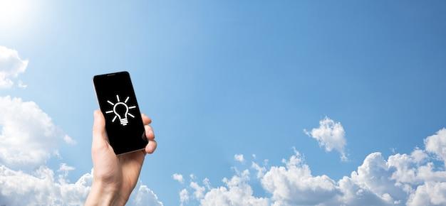 Mão segure a lâmpada. tem um ícone de ideia brilhante na mão. com espaço para o texto. o conceito da ideia de negócio. conceitos de inovação, brainstorming, inspiração e solução.