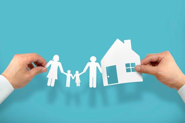 Mão segure casa e família