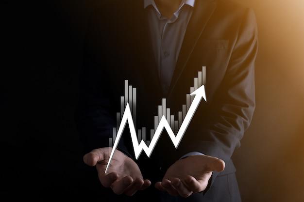 Mão segure dados de vendas e gráfico de gráfico de crescimento econômico. planejamento e estratégia de negócios. analisando a negociação de câmbio. financeiro e bancário. marketing digital de tecnologia. lucro e plano de crescimento.