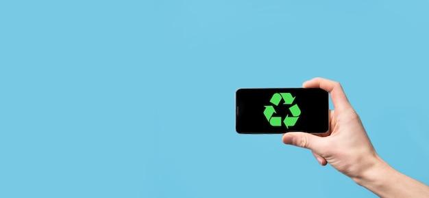 Mão segure o ícone de reciclagem. conceito de ecologia e energia renovável. sinal de eco, planeta verde de salvar conceito. símbolo de proteção ambiental. reciclagem de resíduos. símbolo do dia da terra, conceito de proteção da natureza