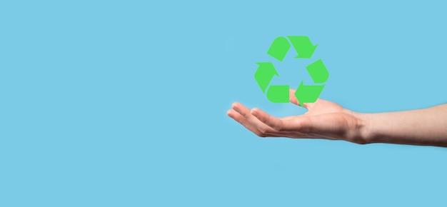 Mão segure o ícone de reciclagem. conceito de ecologia e energia renovável. sinal de eco, planeta verde de salvar conceito. símbolo de proteção ambiental. reciclagem de resíduos. símbolo do dia da terra, o conceito de proteção da natureza.